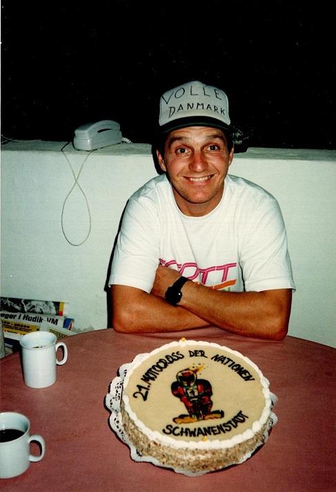I Schwanenstadt blev Søren  hædret for sin verdensrekord i landsholdsdeltagelser. Heinz Kinigadners far, der var bager kreerede denne kage, som Søren nyder efter hjemkomsten. Østrigerne havde talt til 21, men det skulle retteligt have været 22.