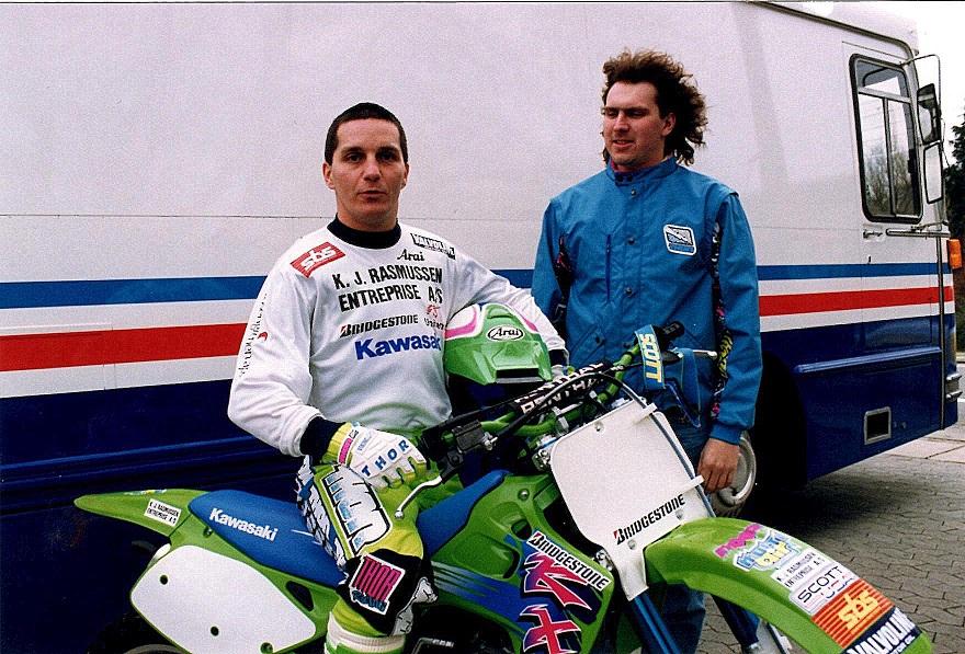 Bo Rasmussen var med som mekaniker igen i 1992. Søren og Bo foran den nyindrettede crossbus