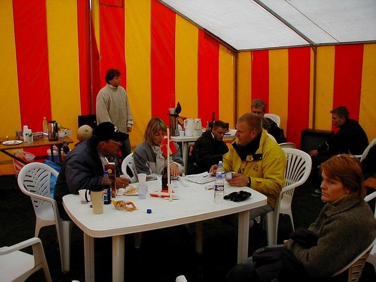 """Afslapning i Base Camp. Bent Andersen, Gitte og Peter """"Burger""""."""