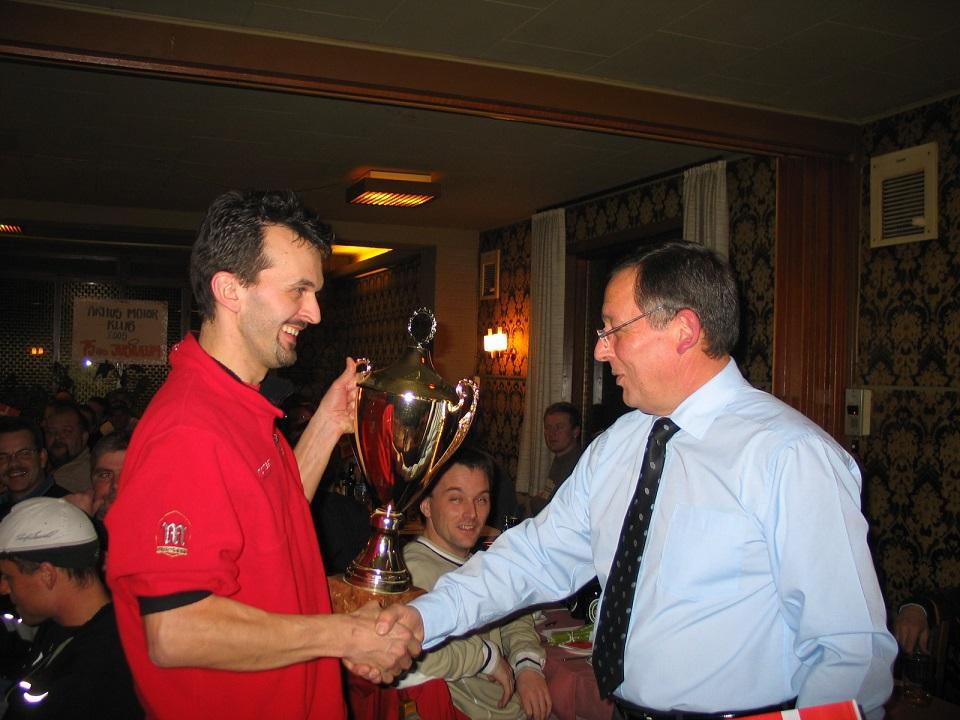 Ole Kristensen modtager Jubilæumspokalen på vegne af Gregers Pedersen, der var fraværende.