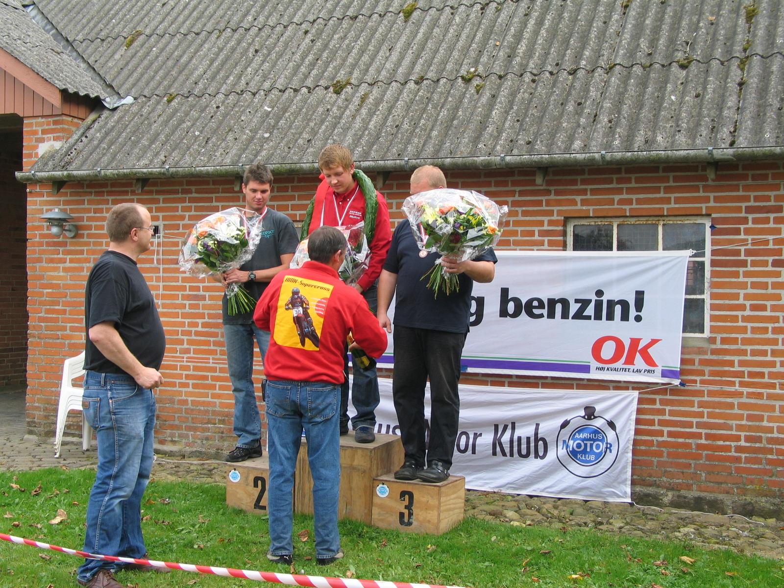 Sidste afd. af DM 2005. Bent har OK logo i orden sammen med AMK-banneret. Eliteklassens  3 bedste i DM. Fra venstre Thomas Pedersen, Niels Nicolaisen og Mark Schütt.