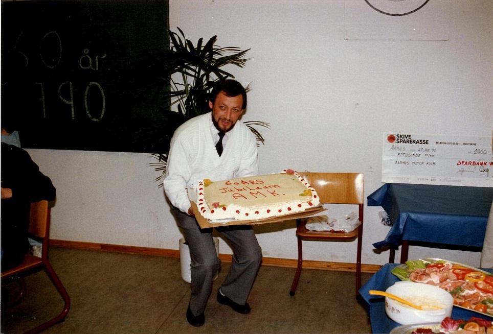 Bent var allerede med ved klubbens 60 års fødselsdag på Søsporten januar 1990. Her sammen med den imponerende fødselsdagslagkage.
