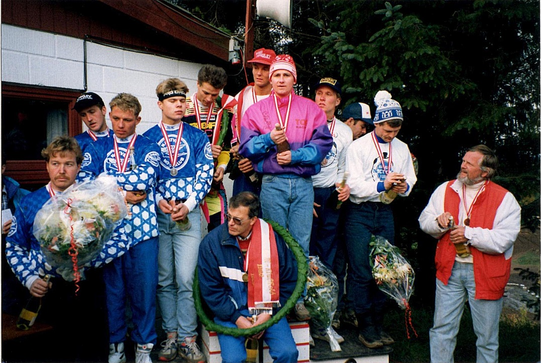 "I 1992 blev AMK ""kun"" nr. 3. Niels helt th sammen med holdet Mads Hansen, Lars Sørensen og Kim Kjær."