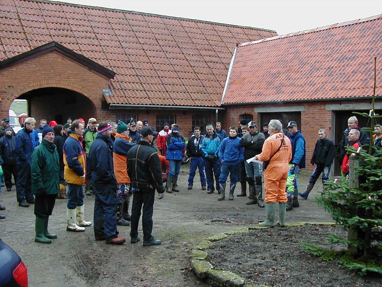 Niels holder instruktion på Carls gårdsplads img2.
