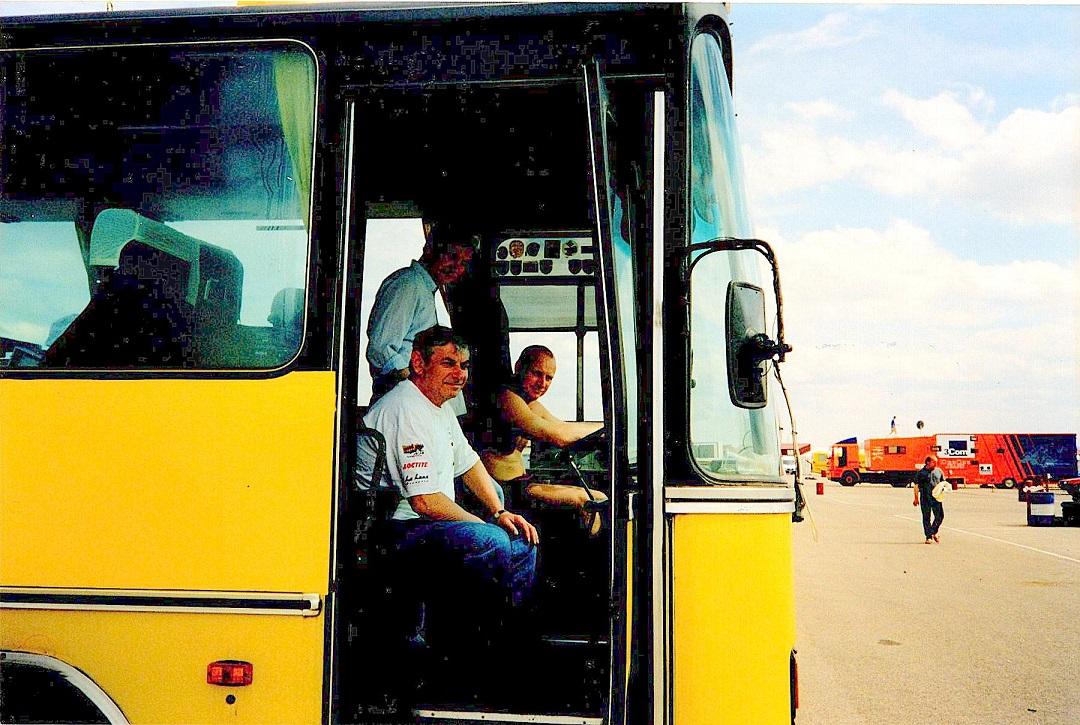 Service tog ofte en tørn ved rattet på Team-Hasager bussen. Her er det dog Ries søn Jørgen ved rattet.