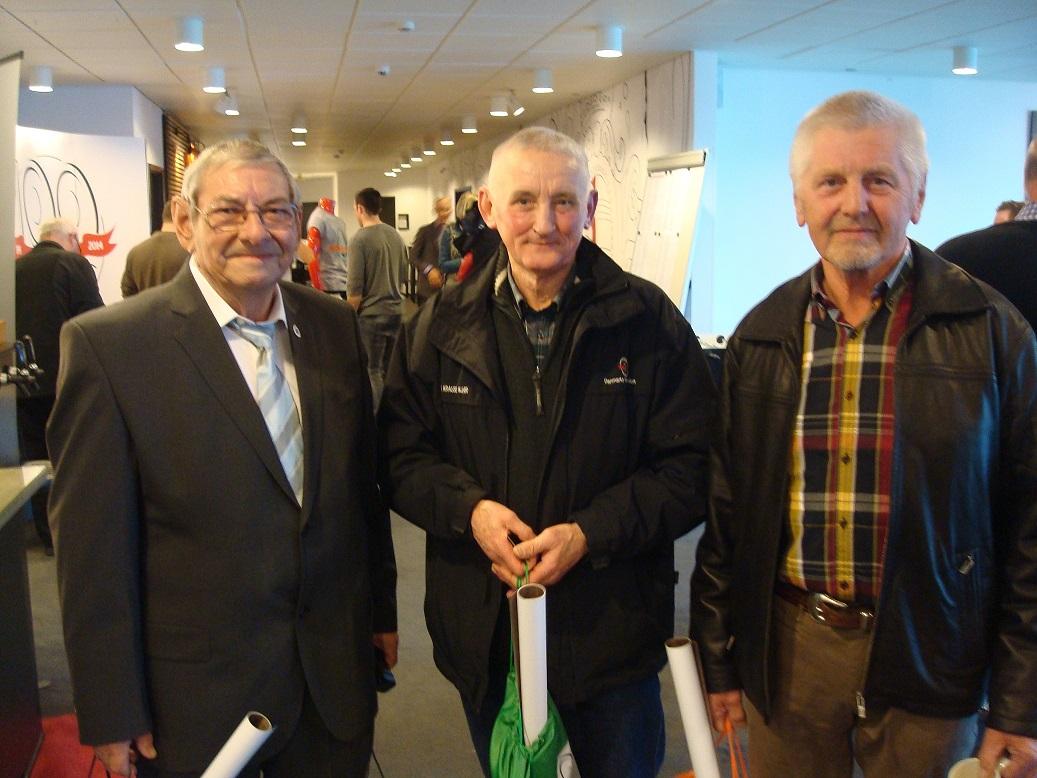 I 2014 havde Service været medlem i AMK og DMU i 50  år. Han blev fejret på DMU´s repræsentantskabsmøde 1. marts, hvor han her blev fotograferet sammen med vore to øvrige 50 års Jubilarer Krause og Jørgen Svendsen.