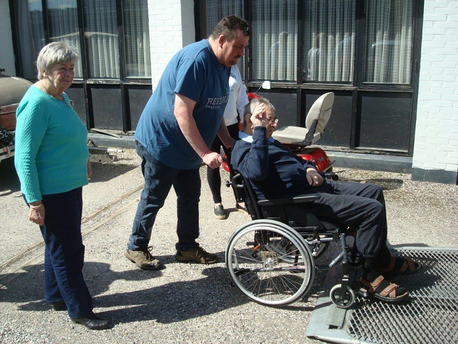 2016-05-01 Hinnerup Kro. Service får løftet armen som et sidste farvel til sin kro.
