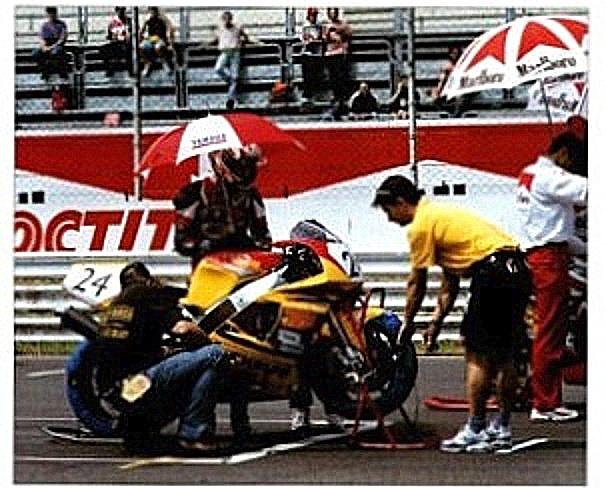 Dette billede var med i Touring Nyt og viser Anders   på Monza med de to australske mekanikere, han fik kontakt med på Jyllands-Ringen maj 96.