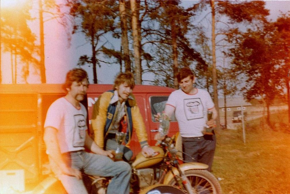 Fra venstre Ole Møller, Kjell Bergström og Service. Billedet taget ved en cykel med ERM-motor. Det var dog ikke den cykel Service havde. Hans ERM-motor blev lagt i den cykel, som Ole Møller byggede, oprindeligt med Norton-motor.