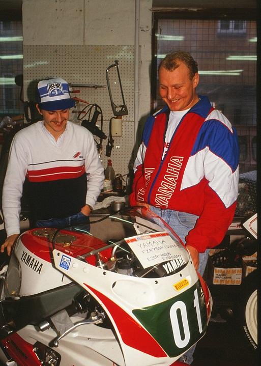 Fra et åbent hus arrangement hos fa. Kroon. Manden th er Lars Christiansen, der nu mange år efter er begyndt at køre klassisk RR på en Suzuki GSX-R750cc.