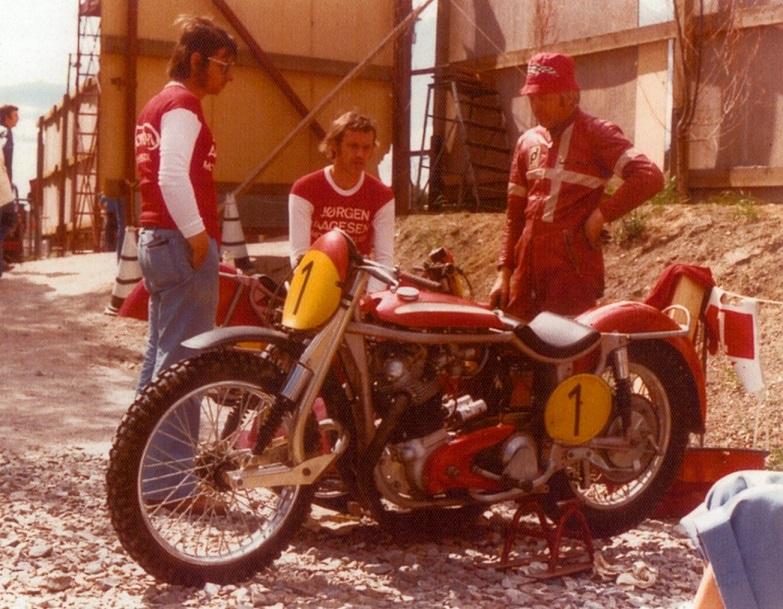 Solvalla 1975. Service og Mini i snak med Erik Bob Jensen.