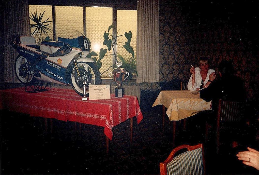 Cykel og pokal blev udstillet i krostuen på Hinnerup Kro