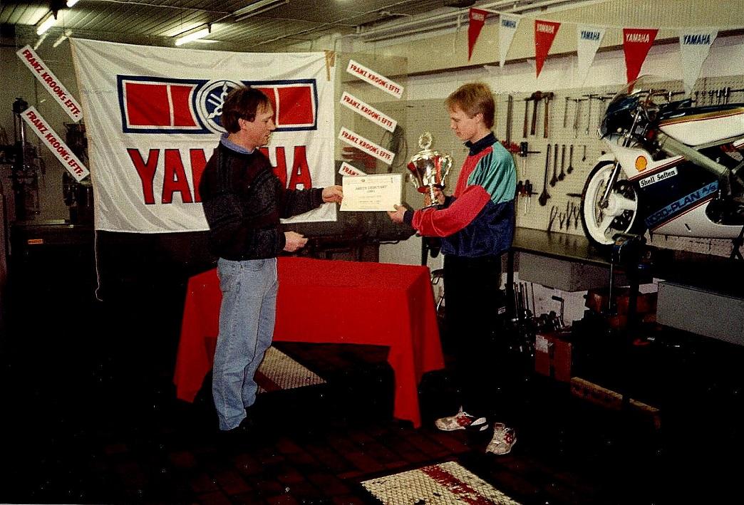 """Ulrik blev kåret som """"Årets debutant"""" i Kroon Cup 1991. Claus Skaarup tv overrækker pokalen"""