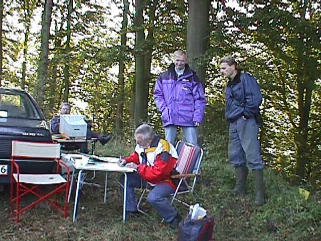 Niels Laustsen ved bordet, Lars Pedersen og Jens Jørgens bror Anders bagved.