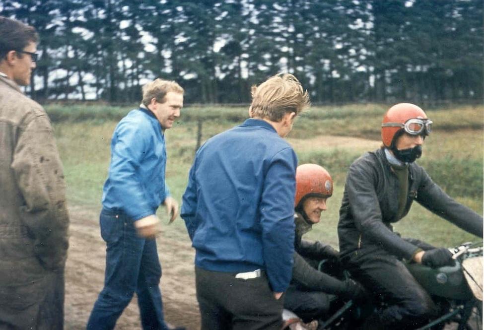 Niels Kjeldsen/Gert Nielsen på cyklen. Frank Damgård ser til.