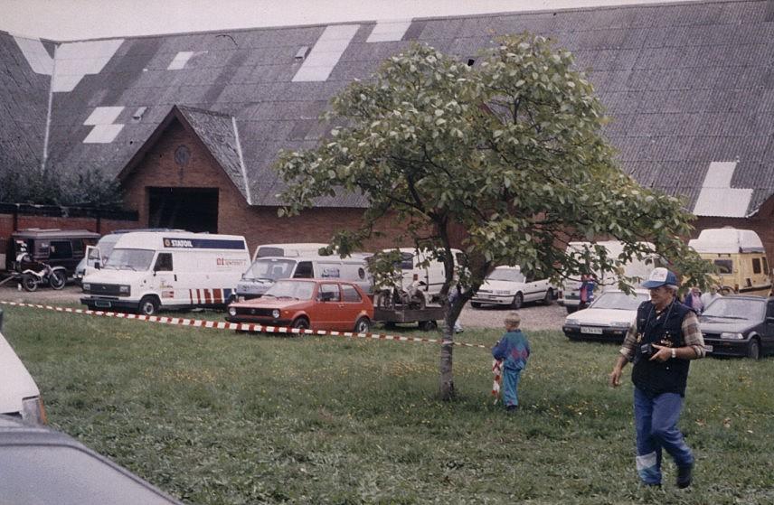 1992 vejle. Gårdspladsen St. Grundet med Achton Quist th.