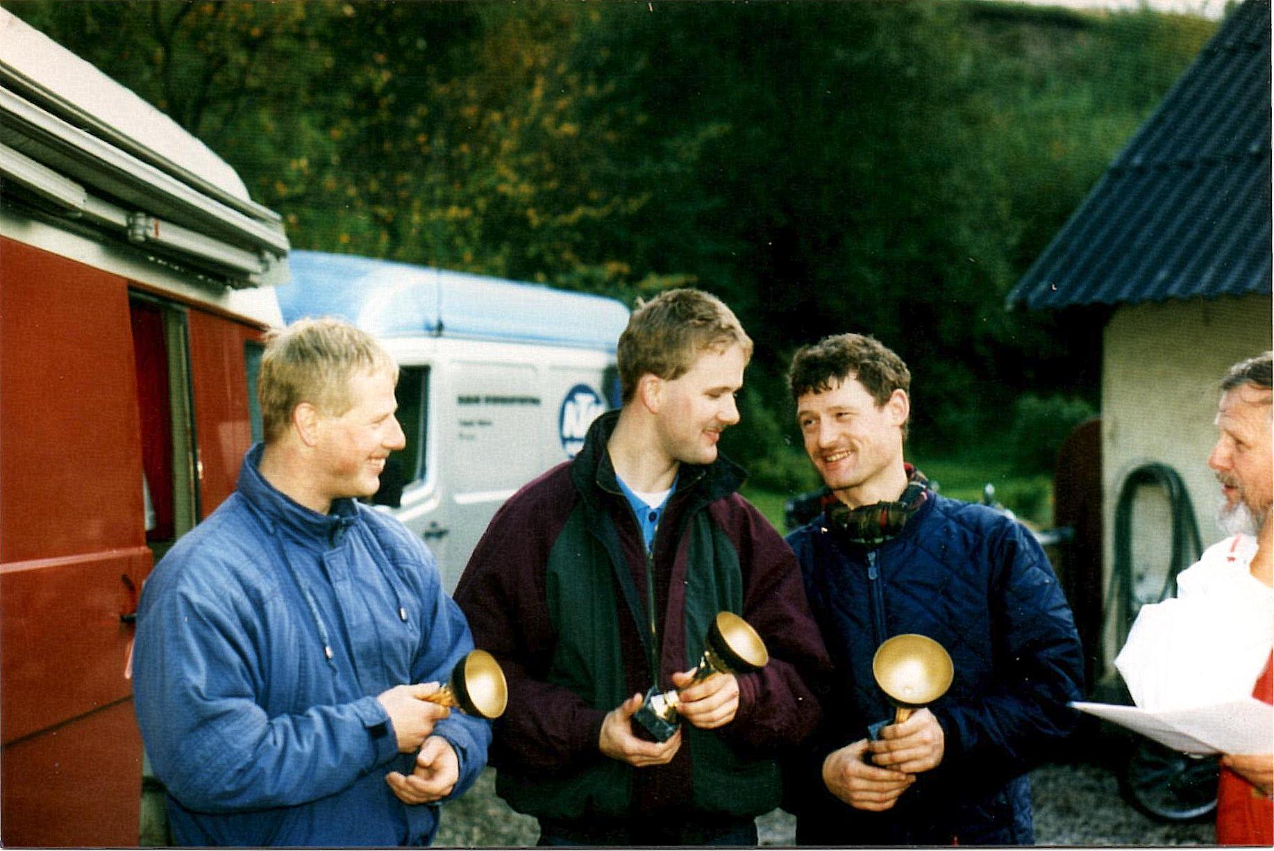 AMK trial Sabro 10-10-93.  De tre første i klubmesterskabet 1993. Nr. 1 Kim Kjær th. Nr. 2 Sune Utoft midt. Nr. 3 Karsten Laustsen tv. Niels Laustsen helt th.