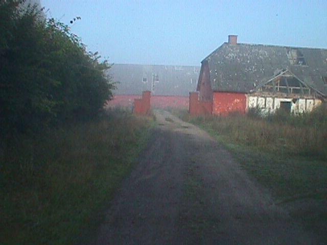 Vejen mod gårdspladsen.