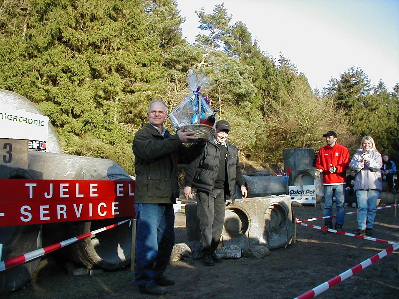 Gårdejer Jørgen Pedersen på Vejrumholt, som lagde grund til genvordighederne, fik en stor gavekurv som tak.