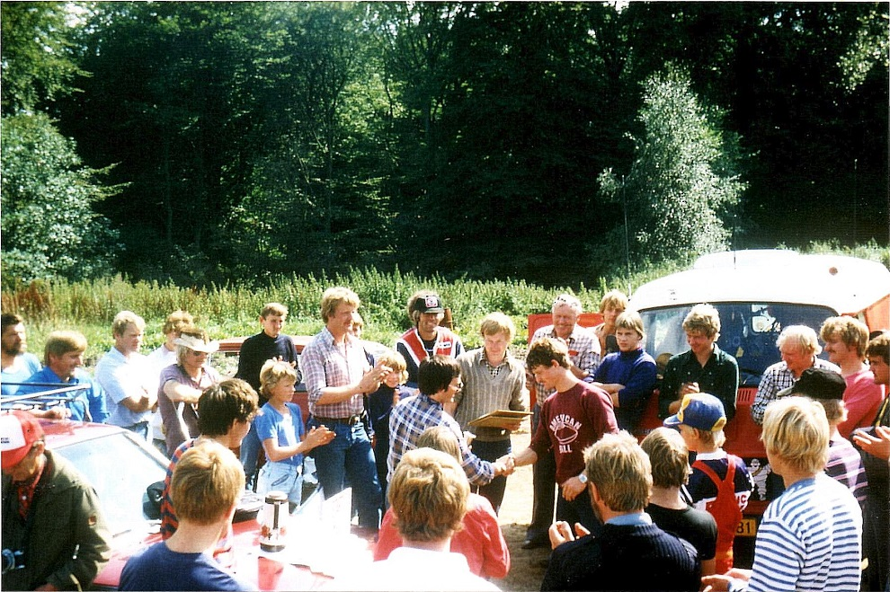 Lille Grundet 29-8-82. John Jørgensen overrækker præmie til Kim Kjær, der vandt B. klassen. Steen Normann tv og Lars Pedersen th for John. Mange andre AMK-profiler kan ses på billedet.