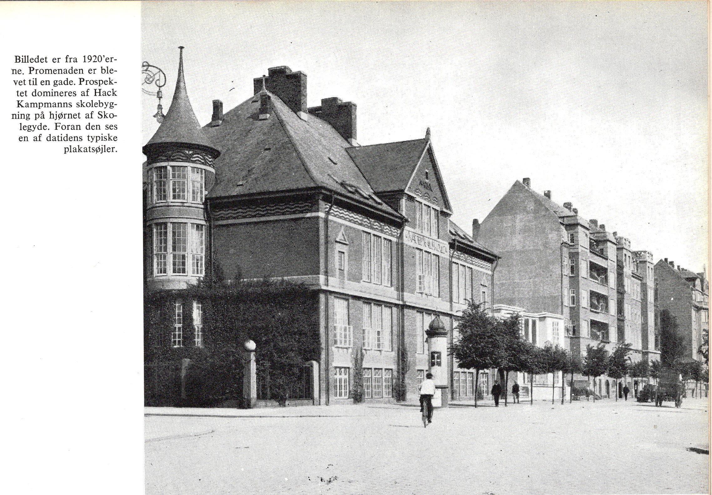 Skolebakken med Katedralsolen og den lave bygning ved siden af, som er Restaurant Palæ, der blev nedrevet i 50´erne for at give plads til den nuværende udvidelse af Katedralskolen.